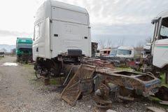 Abandono por años y viejos mohos de los camiones en un cementerio del camión Fotografía de archivo