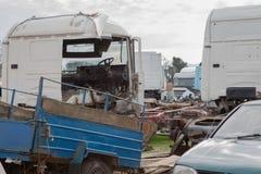 Abandono por años y viejos mohos de los camiones en un cementerio del camión Imagen de archivo libre de regalías