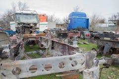 Abandono por años y viejos mohos de los camiones en un cementerio del camión Fotos de archivo