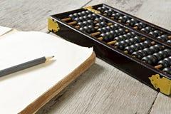 Abaque avec le livre sur le fond en bois Image libre de droits