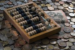 Abaque en bois, billets de banque et un grand choix de pièces de monnaie Photo stock