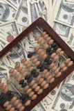 Abaque en bois de vieille comptabilité sur la pile de l'argent Images stock
