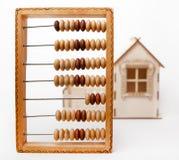 Abaque en bois se tenant sur le fond blanc Photos stock