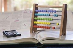 Abaque et calculatrice sur livres Photographie stock libre de droits