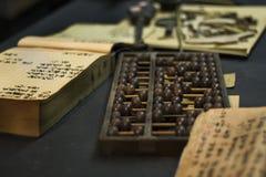 Abaque et livre sur la table Photographie stock