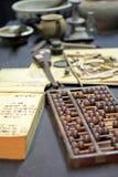 Abaque et livre sur la table Photo stock