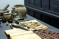 Abaque et livre sur la table Images stock
