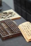 Abaque et livre sur la table Photographie stock libre de droits