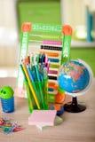 Abaque, globe, livres et crayons sur la table, de nouveau à s Images stock