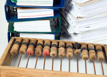 Abaque mathématique de calculatrice avec des papiers Photographie stock libre de droits