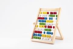 Abaque traditionnel avec les perles en bois colorées Image stock
