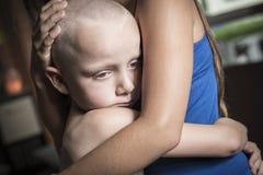 Abarcamiento adolescente y consolar a su hermano Imagen de archivo libre de regalías