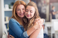 Abarcamiento alegre de la madre y de la hija Imagenes de archivo