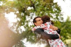 Abarcamiento alegre de los pares al aire libre Fotografía de archivo
