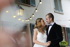 Abarcamiento alegre de novia y del novio al aire libre Foto de archivo