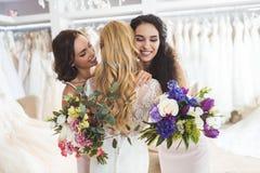 Abarcamiento atractivo de la novia y de las damas de honor Fotos de archivo libres de regalías