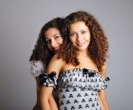 Abarcamiento atractivo de los gemelos Fotografía de archivo libre de regalías