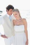 Abarcamiento atractivo de novia y del novio Imágenes de archivo libres de regalías