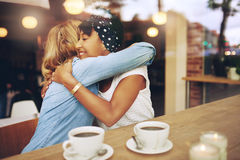 Abarcamiento cariñoso de dos amigas Imagen de archivo libre de regalías