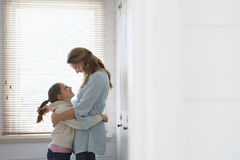 Abarcamiento cariñoso de la madre y de la hija Imagen de archivo libre de regalías