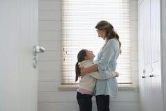 Abarcamiento cariñoso de la madre y de la hija Fotografía de archivo