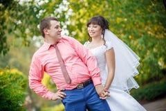 Abarcamiento cariñoso de novia y del novio Fotografía de archivo
