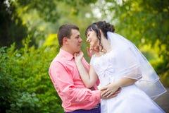 Abarcamiento cariñoso de novia y del novio Imágenes de archivo libres de regalías
