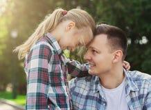 Abarcamiento cariñoso del padre y de la hija Foto de archivo libre de regalías