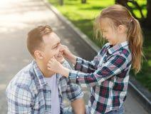 Abarcamiento cariñoso del padre y de la hija Imagenes de archivo