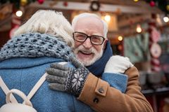 Abarcamiento casado mayor alegre de la pareja al aire libre Imagenes de archivo