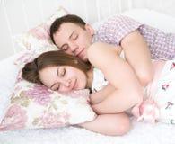 Abarcamiento de dormir joven de los pares Imagenes de archivo
