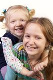 Abarcamiento de dos hermanas Fotografía de archivo libre de regalías