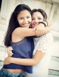 Abarcamiento de dos hermanas Imagen de archivo