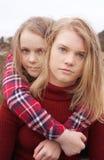 Abarcamiento de dos muchachas Fotos de archivo libres de regalías
