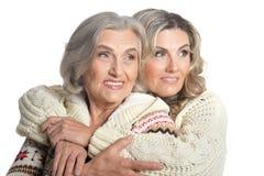 Abarcamiento de dos mujeres Imágenes de archivo libres de regalías