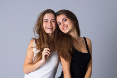 Abarcamiento de dos mujeres jovenes Imagen de archivo libre de regalías