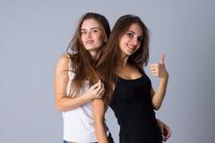 Abarcamiento de dos mujeres jovenes Foto de archivo