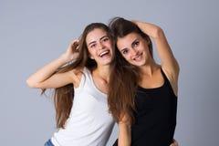 Abarcamiento de dos mujeres jovenes Fotos de archivo libres de regalías