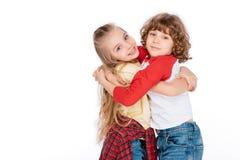 Abarcamiento de dos pequeño amigos Fotografía de archivo libre de regalías