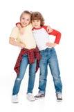 Abarcamiento de dos pequeño amigos Foto de archivo