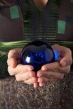 Abarcamiento de la bola mágica azul Fotos de archivo