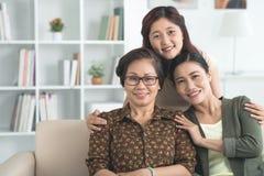 Abarcamiento de la madre y de la abuela Imagen de archivo libre de regalías