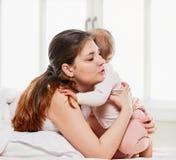 Abarcamiento de la madre y del bebé Foto de archivo