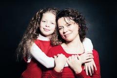 Abarcamiento de la madre y del niño Imágenes de archivo libres de regalías