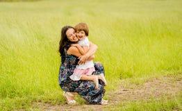 Abarcamiento de la madre y del niño Fotografía de archivo libre de regalías