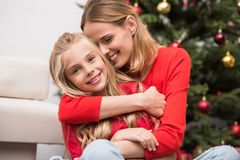 Abarcamiento de la madre y de la hija Fotos de archivo libres de regalías