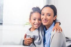 Abarcamiento de la madre y de la hija Imagen de archivo libre de regalías