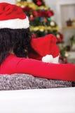 Abarcamiento de la mamá y del hijo, mirando el árbol de navidad, tiro de Imagenes de archivo