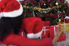 Abarcamiento de la mamá y del hijo, mirando el árbol de navidad, tiro de Imágenes de archivo libres de regalías