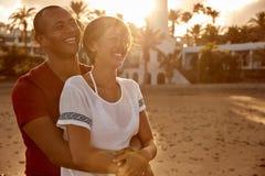 Abarcamiento de los pares adultos que ríen con amor Foto de archivo libre de regalías